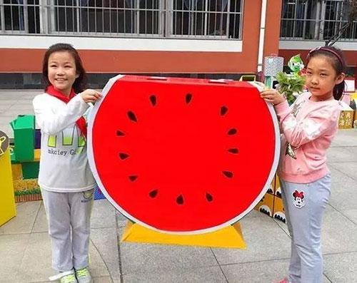 小学生大胆创新 自制环保垃圾箱