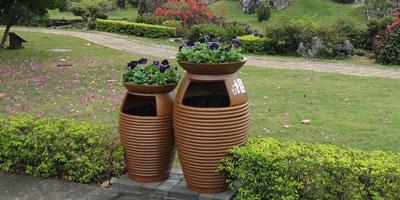 玻璃钢花盆式垃圾桶景区摆放图