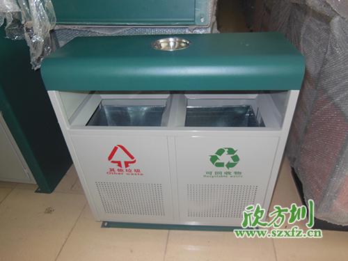 可回收垃圾桶里所装垃圾并无差别:纸屑
